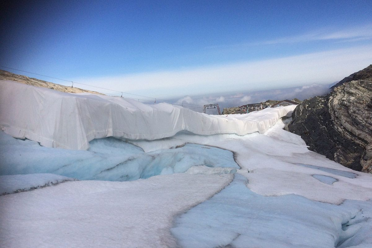 Textile-used-on-glacier-to-safe-it-from-different-kinds-of-weather-compressor